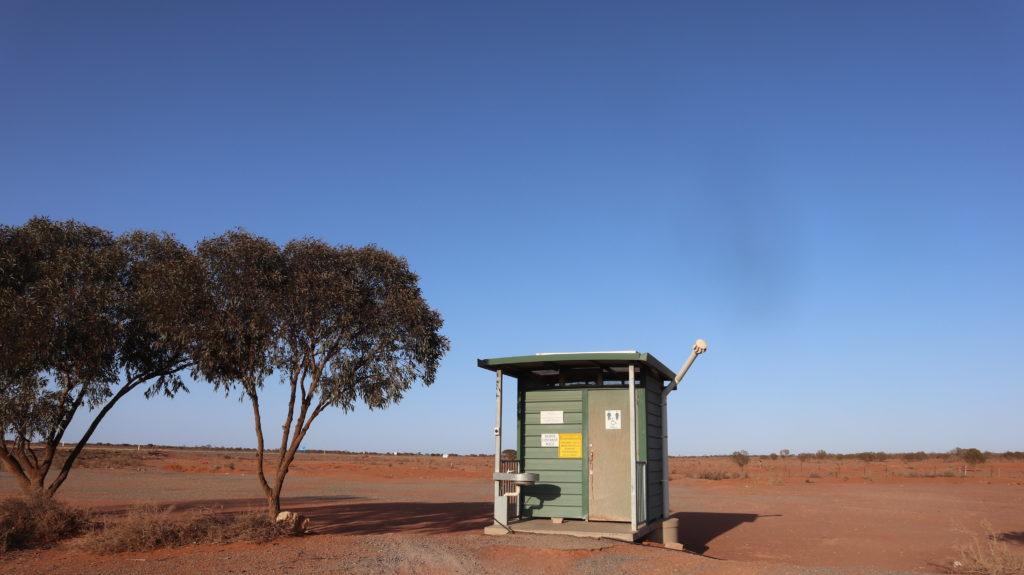 Plumpsklo im Outback