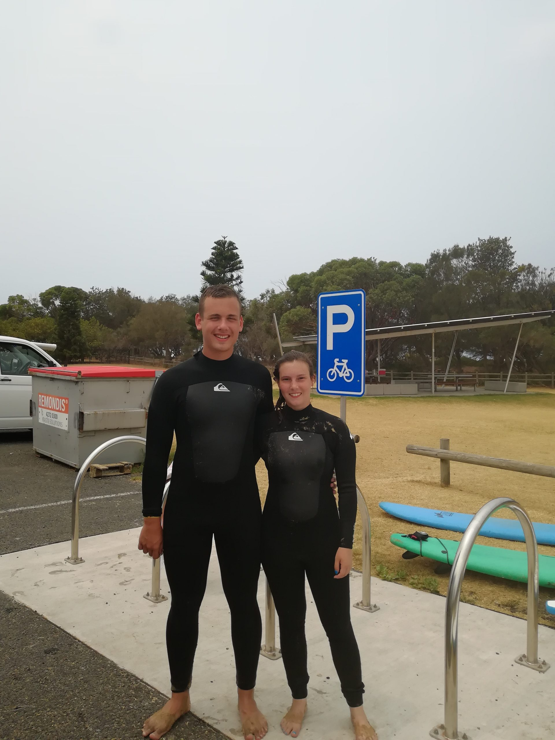 Wir in Neoprenanzügen (Surfkurs in Sydney)