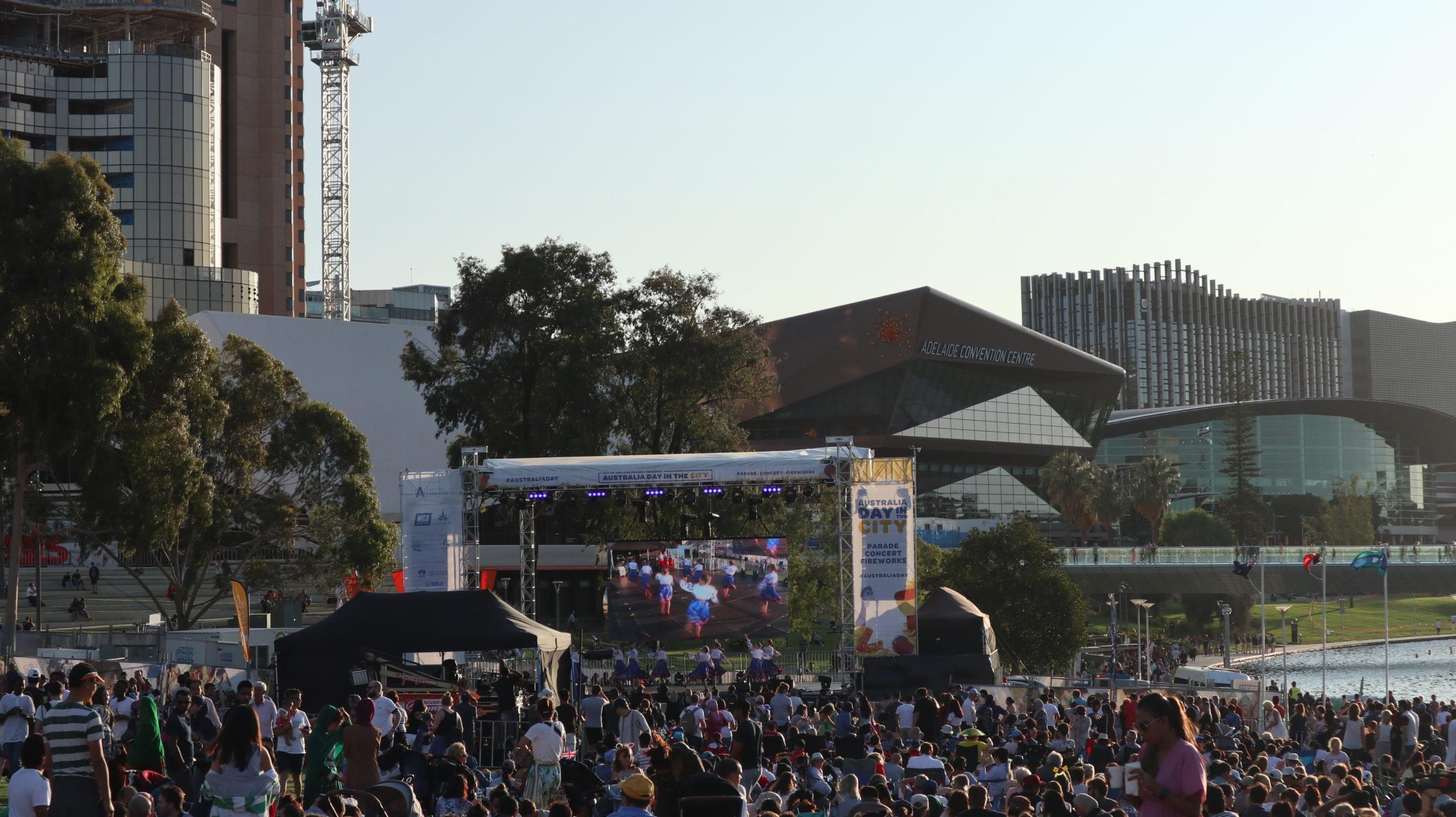 Menschenmasse und Bühne