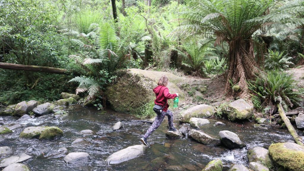 Schlangenwanderung: Jenny überquert Fluss