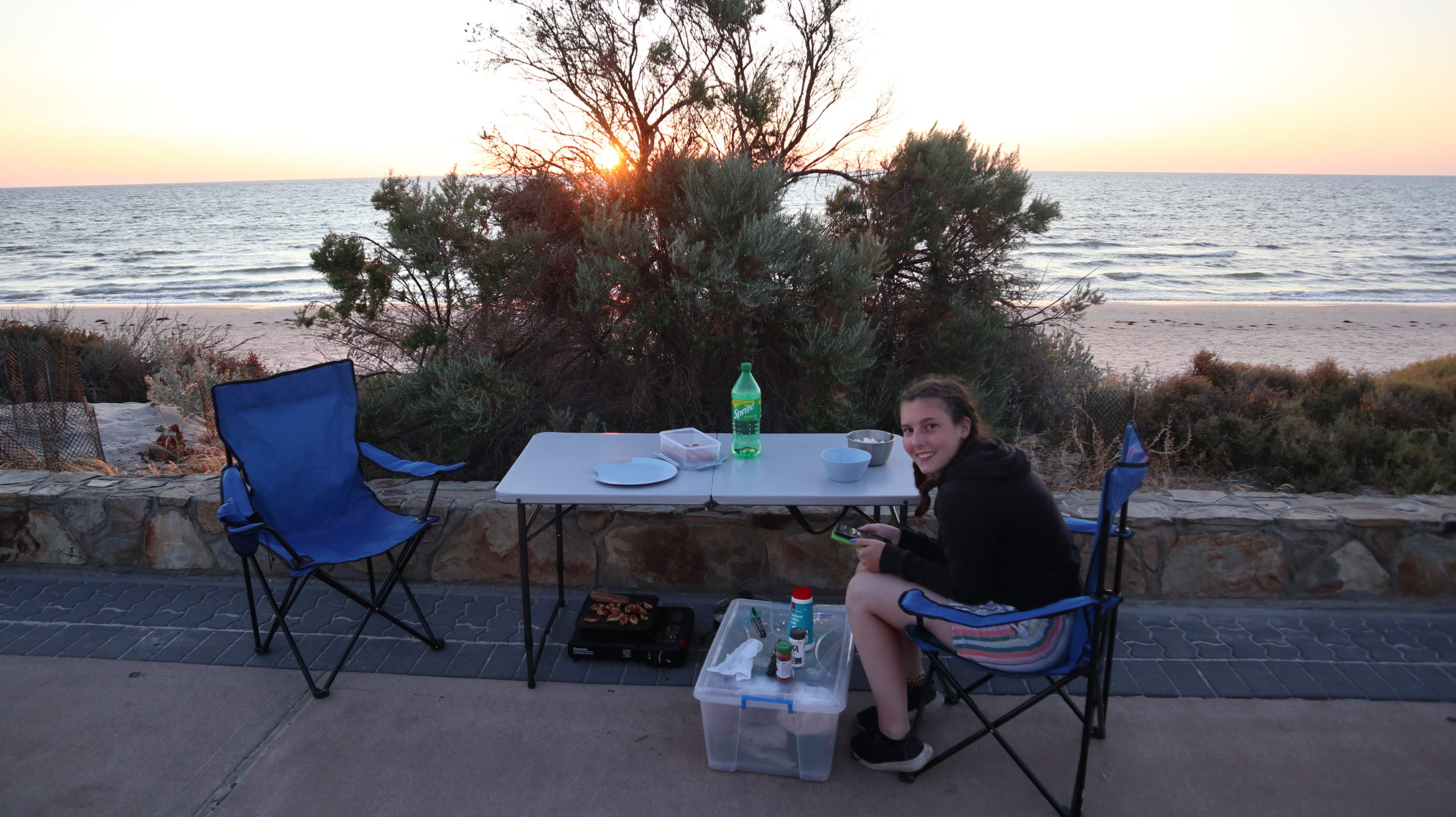 Erste Nacht im Auto: Jenny mit Campingsachen am Strand