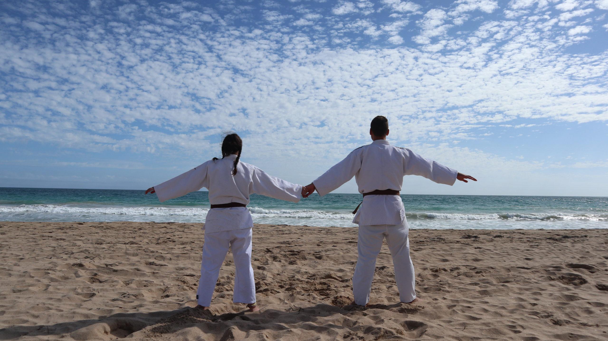 Wir in Judoanzügen am Strand