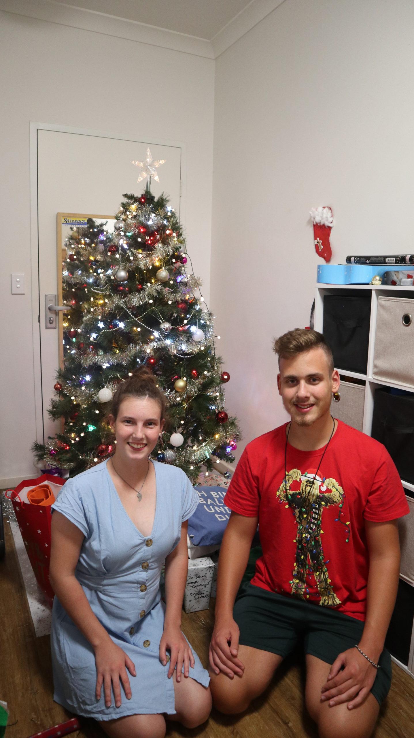 Weihnachten: Wir vor einem Tannenbaum