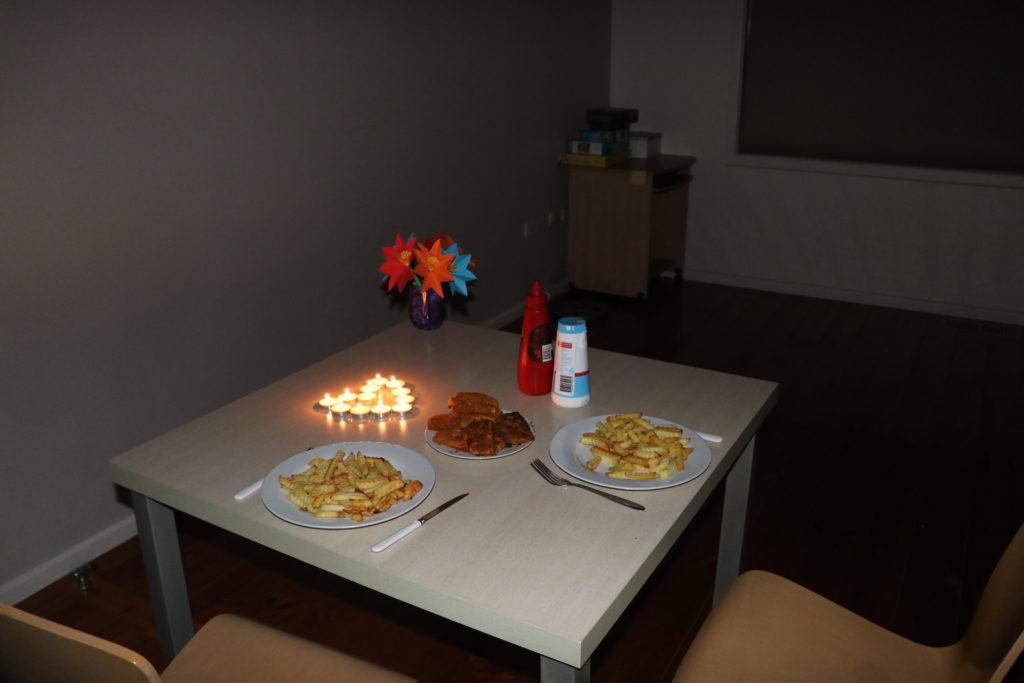 Halbzeit: Tisch mit Kerzen und Essen