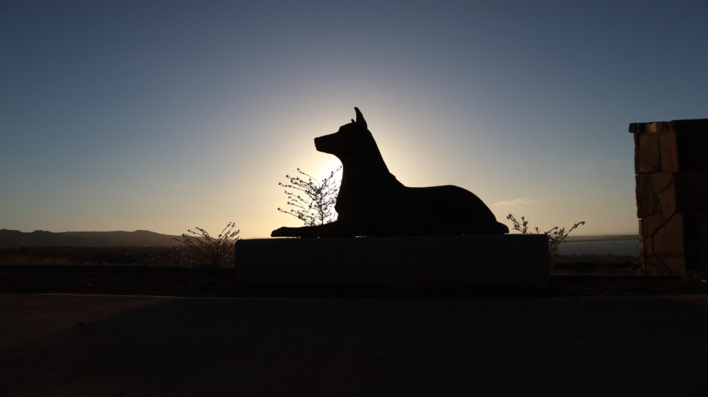 Red Dog: Statue am Meer
